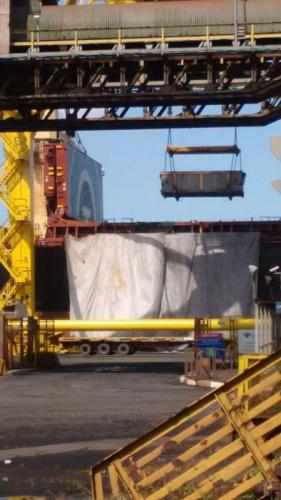 Enquanto a Usiminas foge de pagar o que deve aos trabalhadores, carregamentos no porto não param de chegar