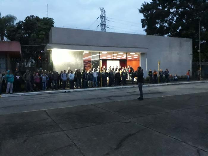 09 de junho - Trabalhadores do turno das 7h e das contratadas participam de manifestação na portaria da Usiminas