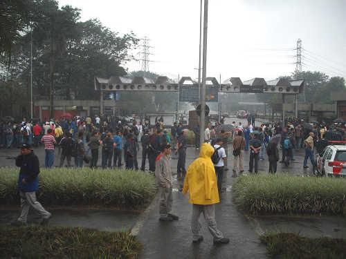 Trabalhadores na Usiminas param a produção em defesa da vida